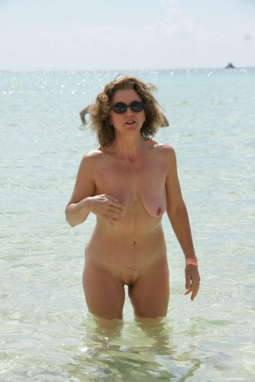 Смотреть Нагие пляже онлайн